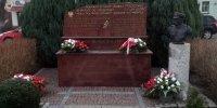 kwiaty pod obeliskiem